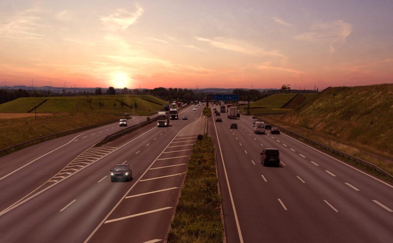 Der Nacht entgegen auf der Autobahn